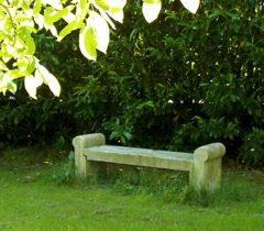 Steinbank in einem Garten